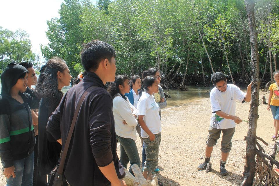 Pak Dody, a lecturer of the Fishery Department of UKAW, explained how to raise mangrove saplings that have been planted in Seminar Session of Mangrove Rehabilitation 1 on 23 June at Oesapa Cost.