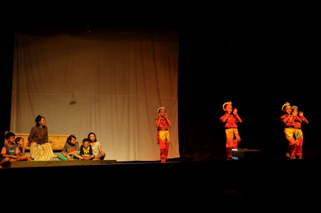 Pemain Drama Musikal #MentariPagi sedang menari