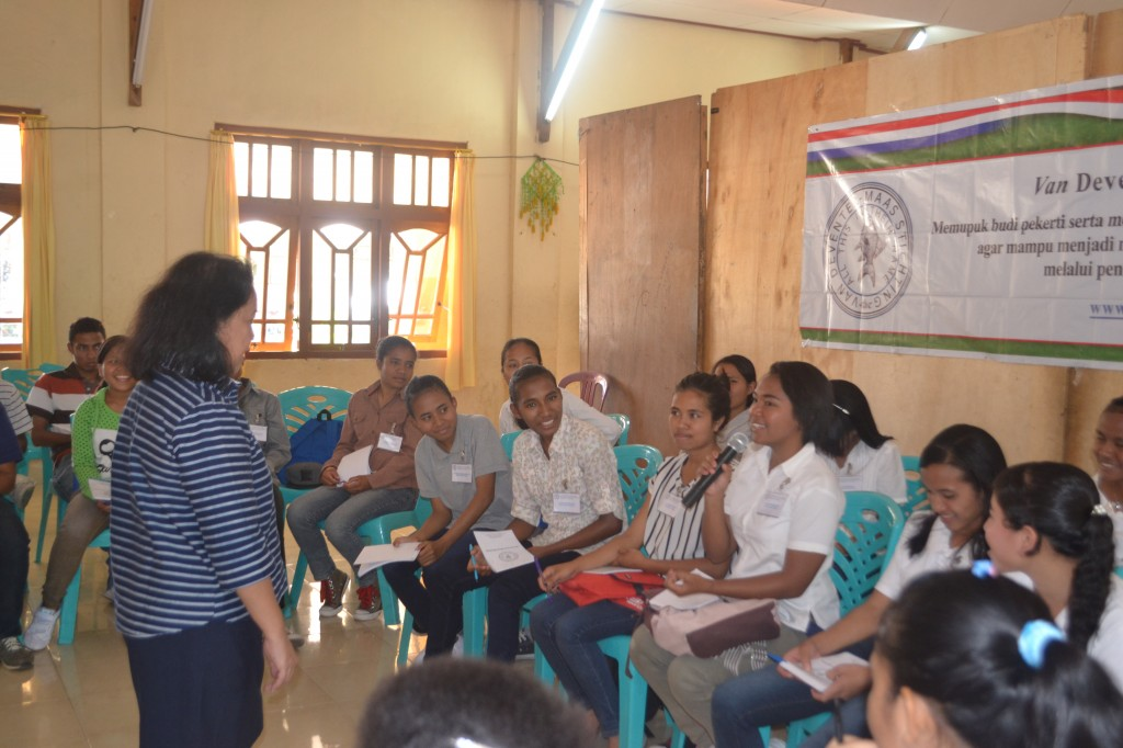 Question and answer session – a student was asking whether VDMS has a job vacancy.