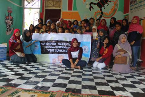 Children in Rumah Baca Kp. Tanjung with Alumni and Grantees RR Padang